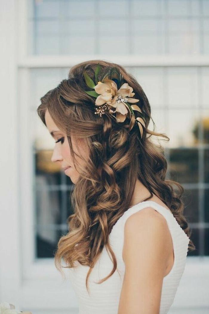 recogidos-bajos-pelo-rizado-pelo-castaño-flor-en-el-pelo-boda-maravillosa-novia-hermosa