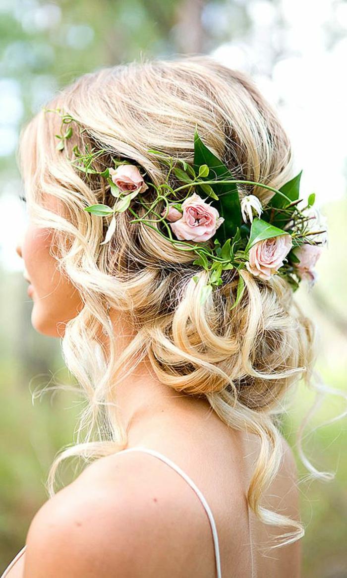 recogidos-bajos-pelo-rubio-rizado-mechones-sueltos-flores-en-el-pelo-novia-hermosa