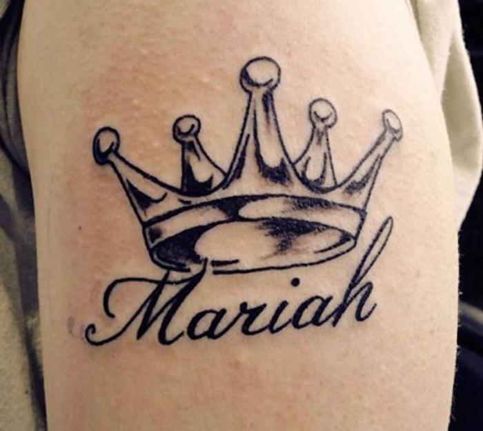 tatuajes de nombres, en la mano, tatuaje de corona sobre el nombre, interesante
