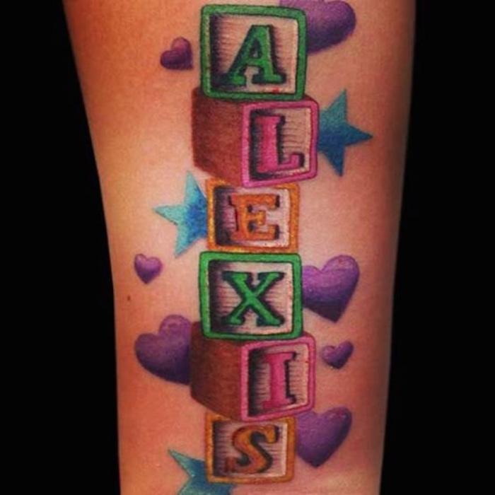 tatuajes de nombres, letras de color , tatuaje de color grande, corazones, estrellas