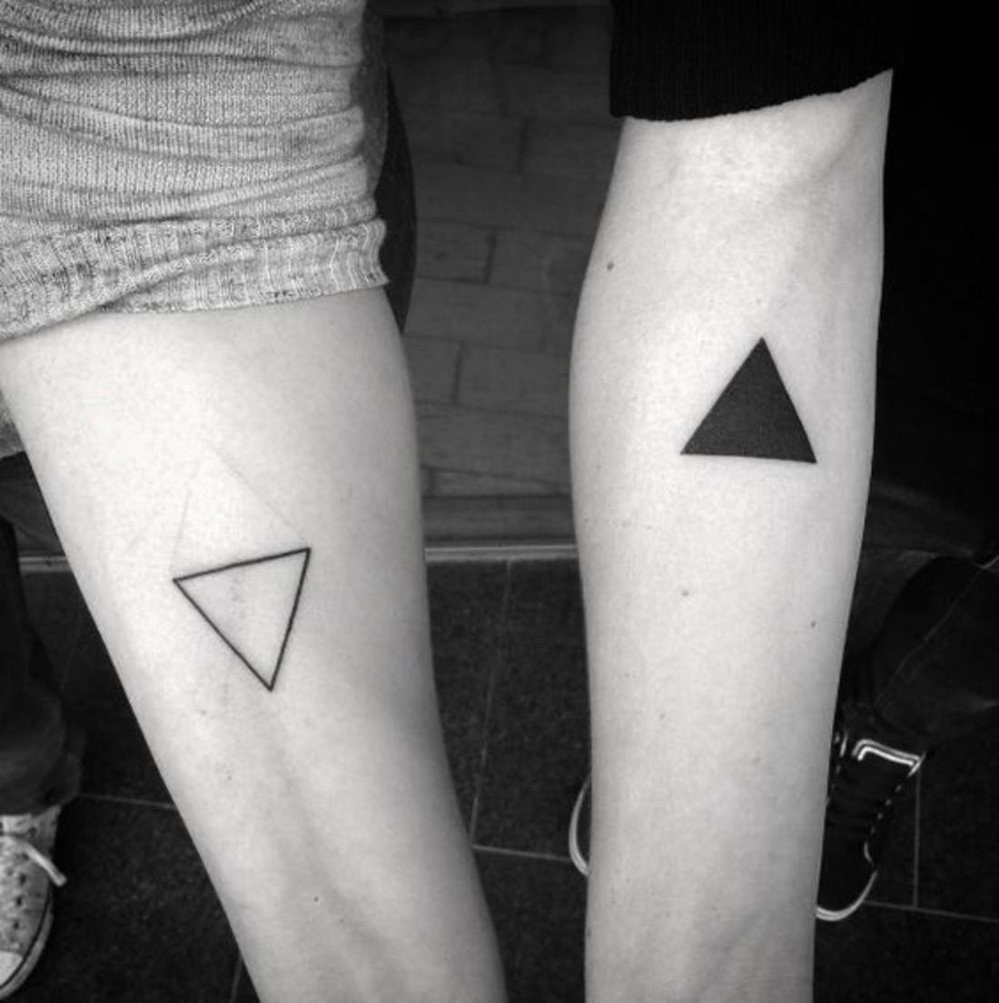 tatuajes de parejas, triángulos complementarios, uno lleno y el otro vacío, tatuaje no tradicional