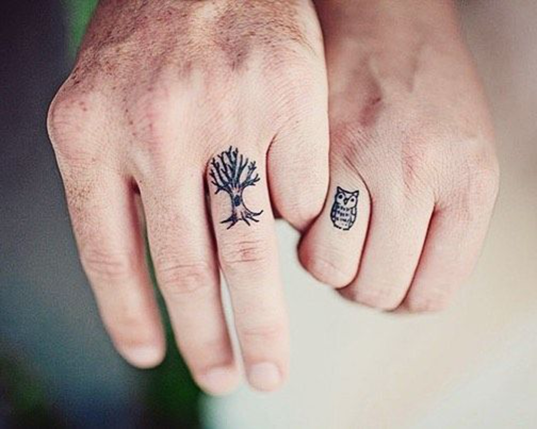 tatuajes de parejas, dos tatuajes no tradicionales en los dedos, buho y árbol, romántico