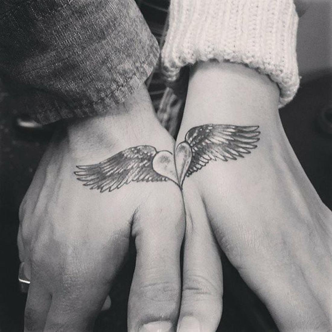 tatuajes en pareja, amor, complementarios, corazón con alas, tatuaje en la mano