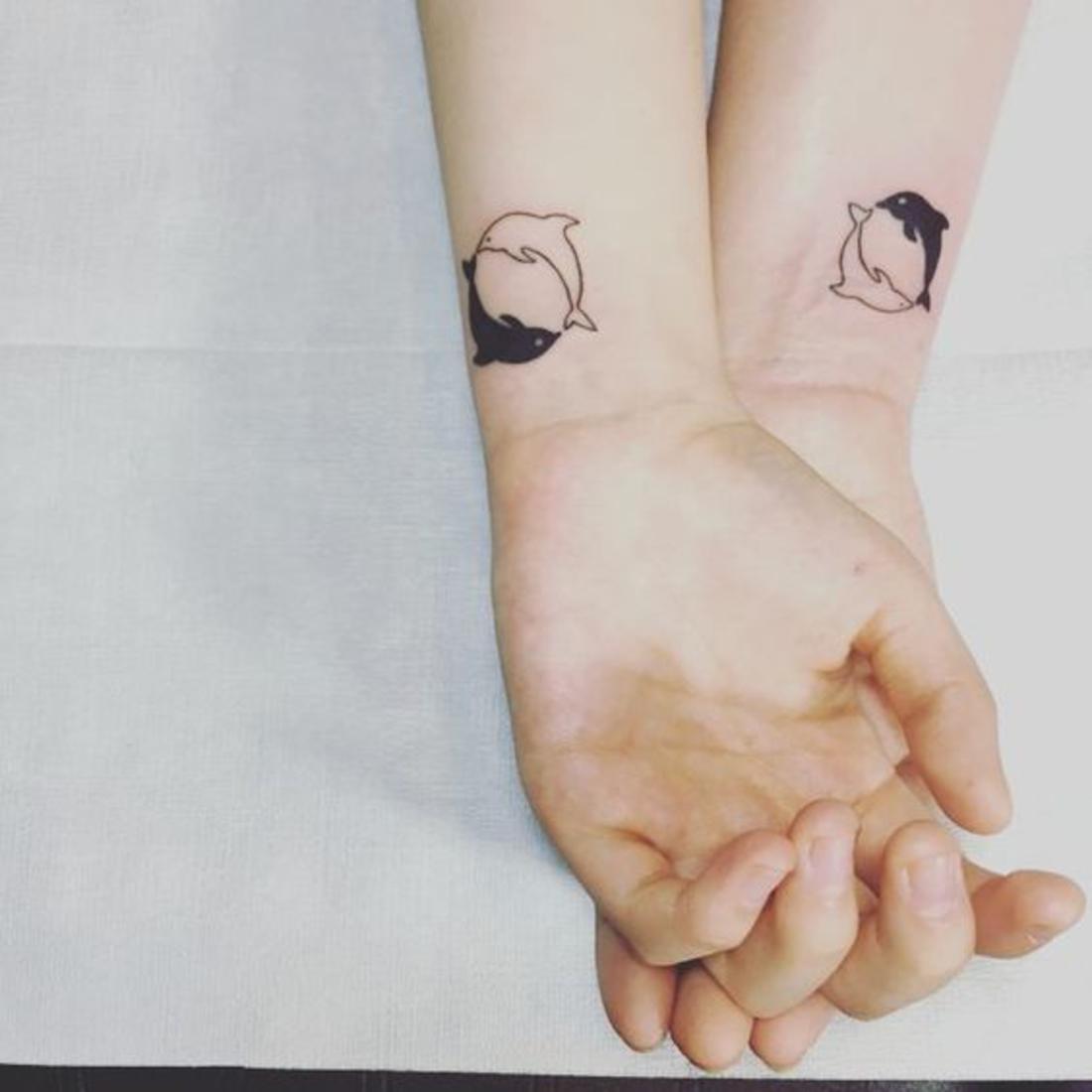 tatuajes en pareja, delfines negro y blanco, tatuajes en las muñecas, romántico, interesante