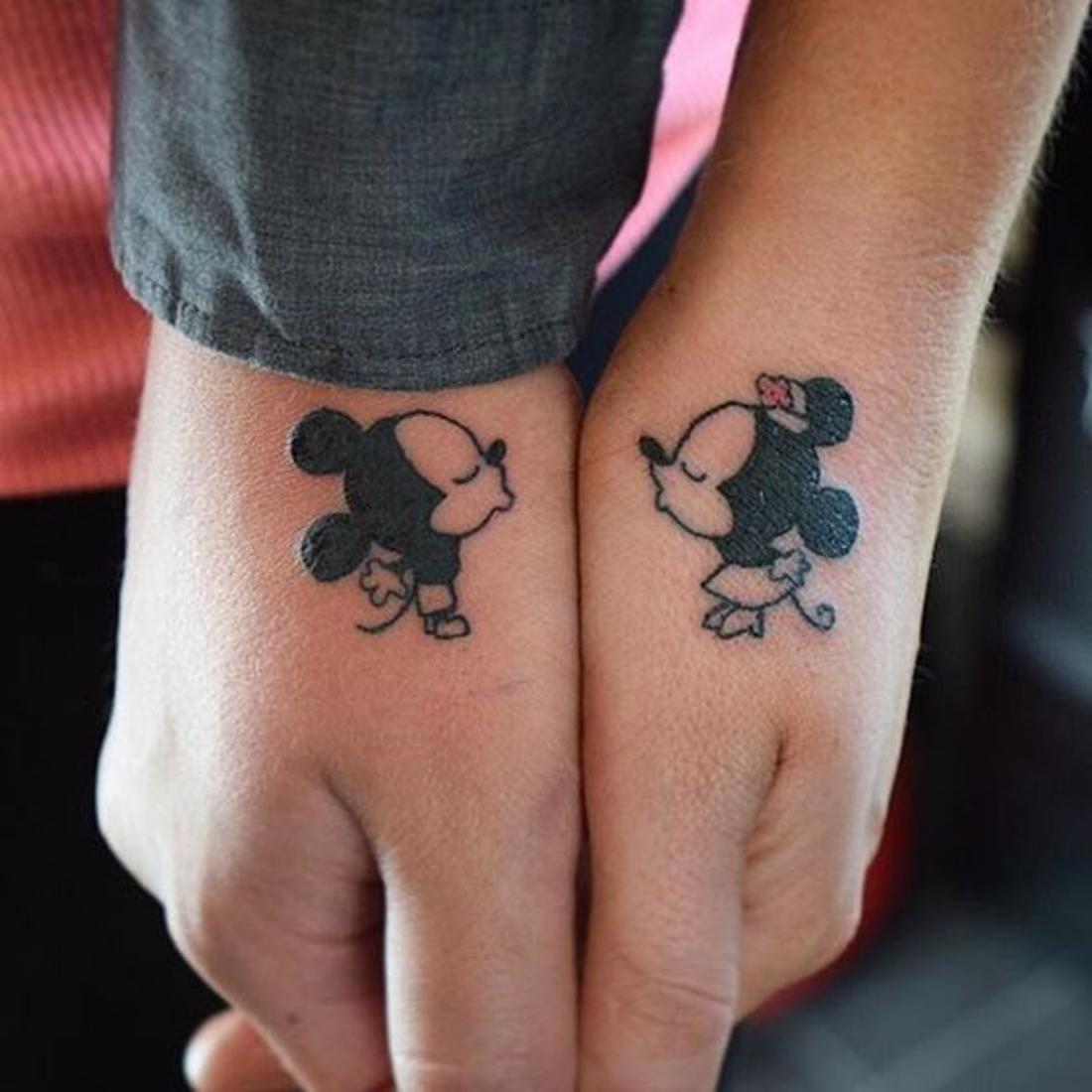 tatuajes en pareja, mickey and mini, tatuajes complementarios, romántico, tatuaje en las manos