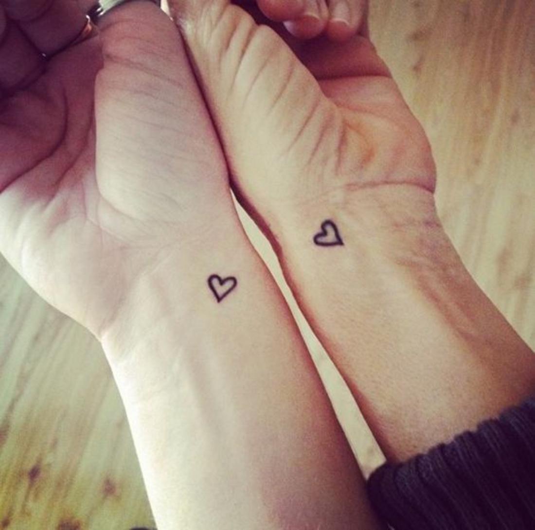 tatuajes en parejas, pequeños tatuajes de corazones en las muñecas, romántico