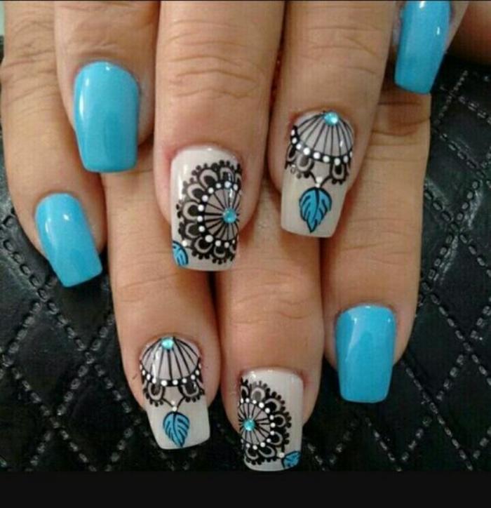 uñas bonitas, color azul, dibujos de mandalas muy bonitos en el dedo anular y el dedo corazón