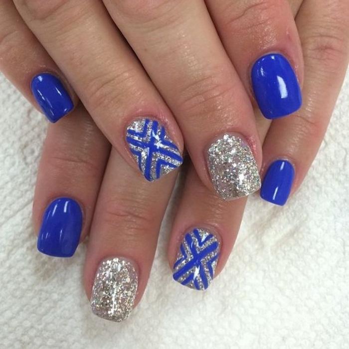 uñas pintadas en color azul, decoración de brocado, estilo veraniego, interesante, bonito