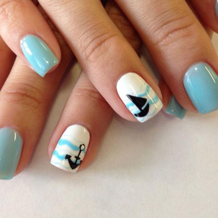 uñas pintadas, color azul claro, blanco, dibujos de ancla y barco, estilo veraniego, bonito