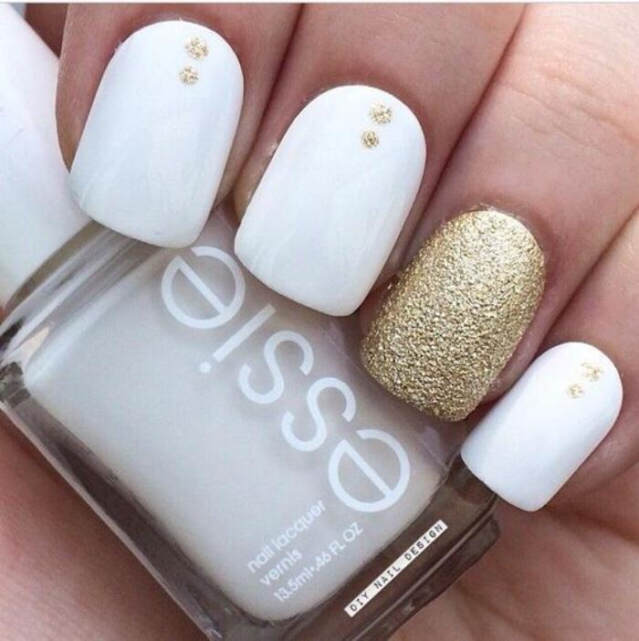 uñas pintadas, color blanco con el dedo anular en brocado oro, diseño elegante, interesante