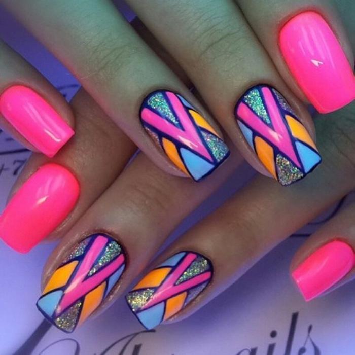 uñas pintadas en colores llamativos, elementos geométricos, brocado de decoración