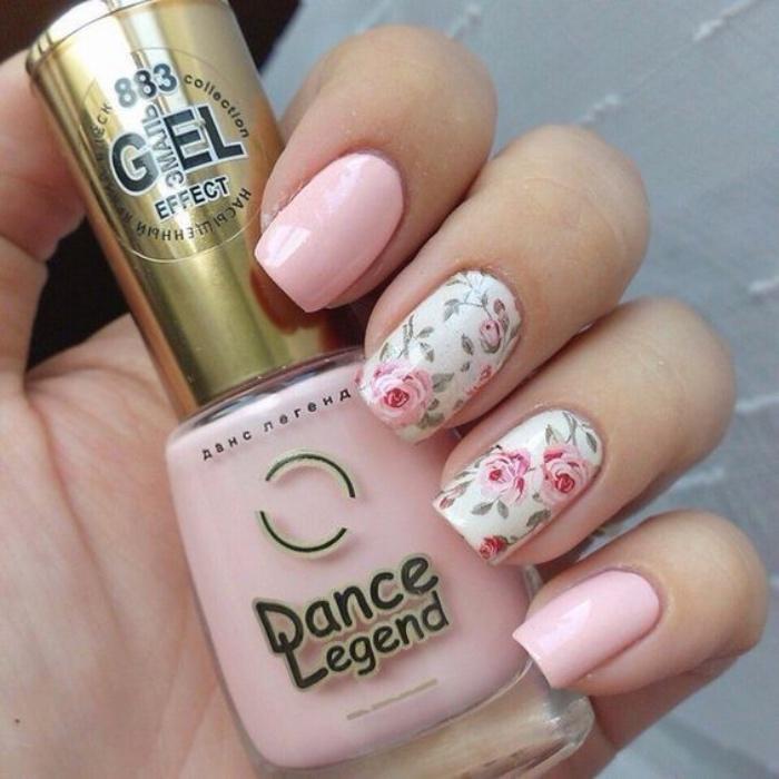 uñas pintadas, color rosa, suave, romántico, dibujo de rosas en el dedo corazón y el dedo anular