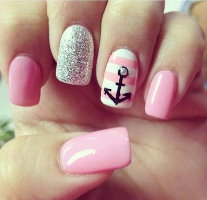 uñas pintadas en tonos suaves, rosa, blanco, dibujo de ancla, decoración de brocado