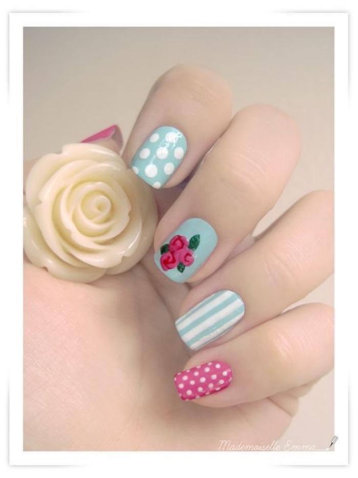 uñas pintadas, estilo romántico, colores pasteles, menta, rosa, dibujos de rosas en el dedo corazón