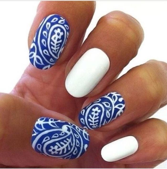 uñas pintadas en blanco y azul, diseño interesante, dibujo de flores, original, bonito