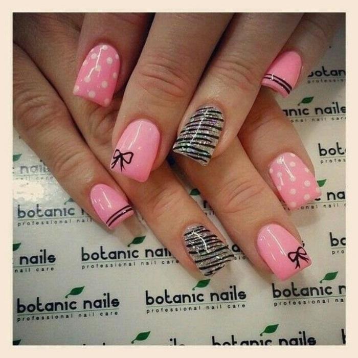 uñas pintadas, estilo veraniego, color rosa, puntos blancos, decoración de brocado, veraniego
