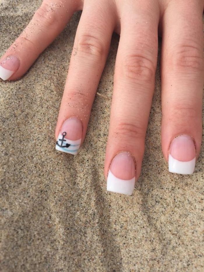 uñas pintadas, interesantes, puntos blancos, dibujo de ancla en el dedo anular, veraniego