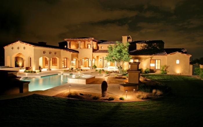 casa de campo, villa grande en blanco con jardín, piscina y patio