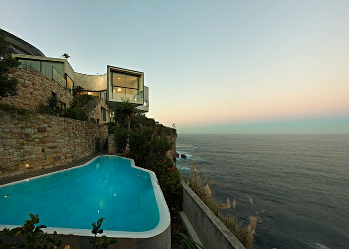 casas modernas, villa sobre acantilado con diseño irregular, piscina