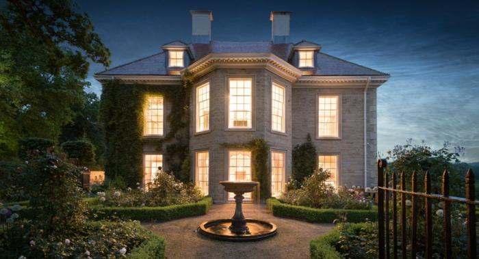 casa y campo, villa de dos pisos con ventanales, jardín con fuente y flores