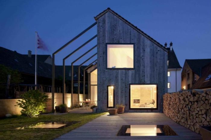 casa y campo, villa moderna de madera negra, cerca de madera y patio