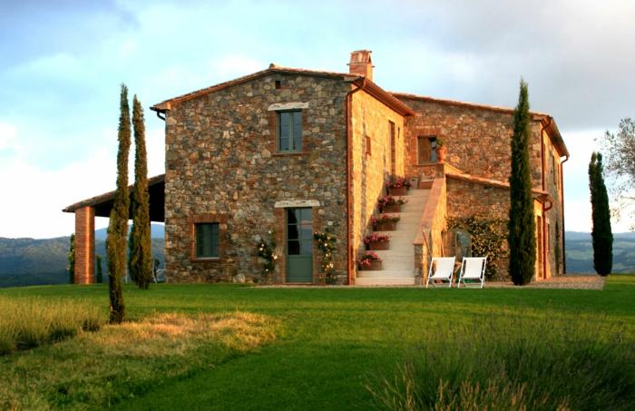 casa y campo, villa de piedra en estilo toscano con escaleras, flores y césped