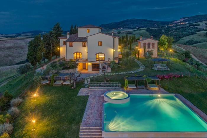 casa y campo, villa de lujo en blanco con jardín grande y piscina, paisaje con colinas