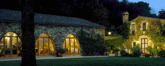 casas de campo, fachada de casa rural de piedra con ventanales y jardín