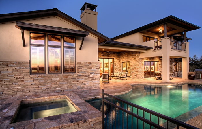 casas de campo, villa de piedra y hormigón con piscina y patio de piedra