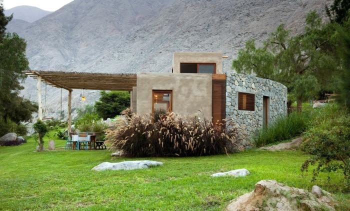 casas de campo, villa moderna en estilo rústico de piedra con toldo jardín con césped, paisaje con montaña