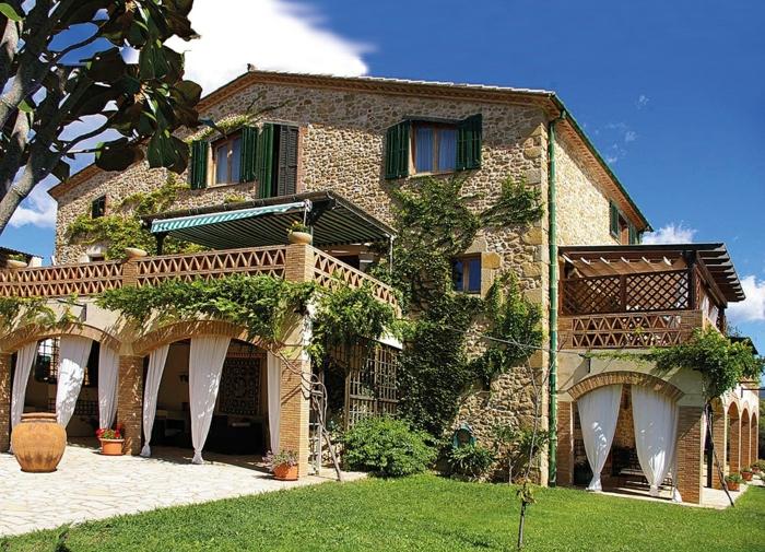casas e campo, villa de piedra con grandes balcones decorada con plantas tretadoras, césped