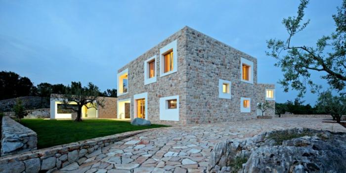 casas de campo, villa moderna de piedra con techo plano y ventanas blancas