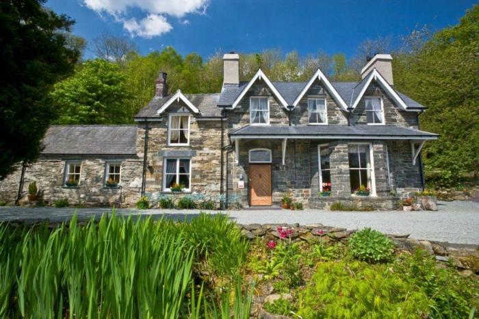 casas de campo, villa rural de piedra, puerta de madera, patio y bosque