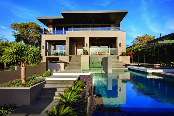 casas minimalistas, villa de dos pisos con balcóm, escaleras y piscina