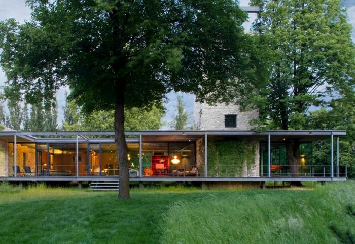 casas minimalistas, villa entre árboles con paredes de vidrio