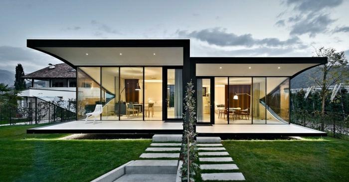 casas minimalistas, villa gemela en blanco y negro con escaleras y jardín
