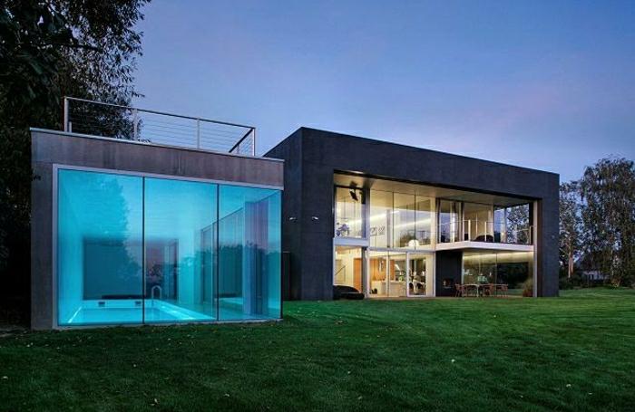 casas minimalistas, villa en negro con jardín y piscina cubierta