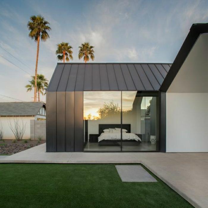 casas minimalistas, villa de un piso con ventanales, césped y palmares