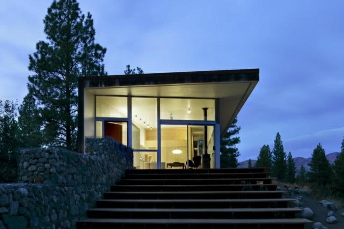 casas minimalistas, villa de un piso con paredes de vidrio, grandes escaleras