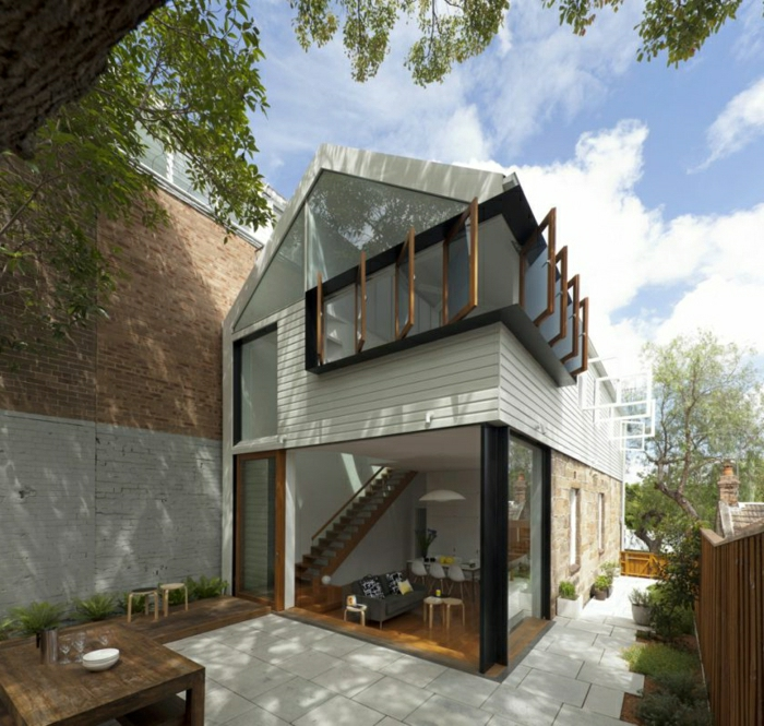 casas minimalistas, villa de madera, piedra y PVC con dos pisos y ventanales