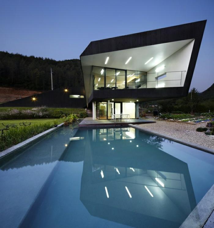 casas modernas, villa con techo inclinado y balcón, piscina