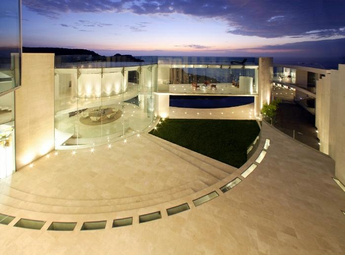 casas modernas, villa lujosa con paredes de vidrio e iluminación artistica