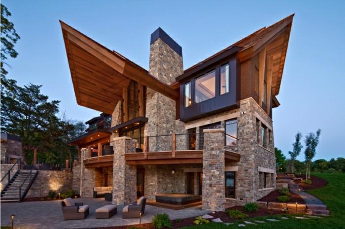 casas modernas, villa rústica con techo irregular, balcón y columnas de piedra