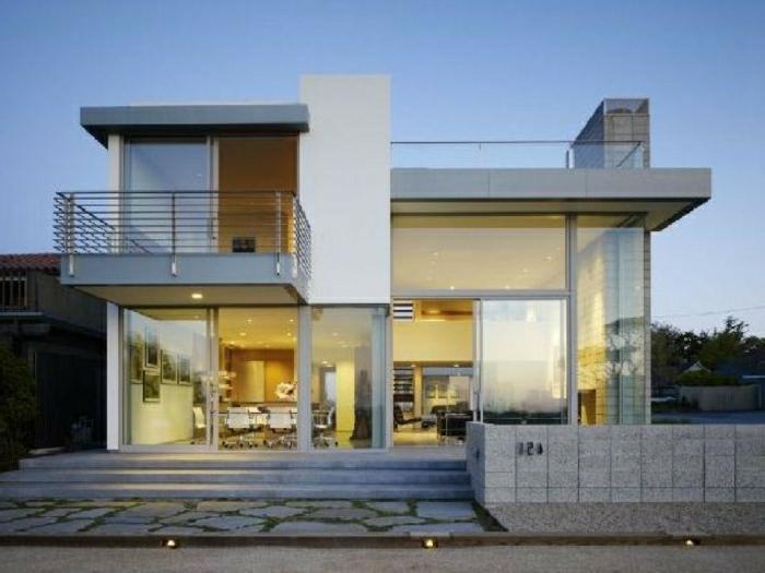 casas modernas, villa en blanco y gris con paredes de vidrio y balcón