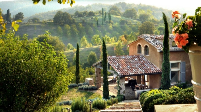 casas rurales baratas, villa de piedra y terracotta en paisaje toscano con patio, escalera y flor