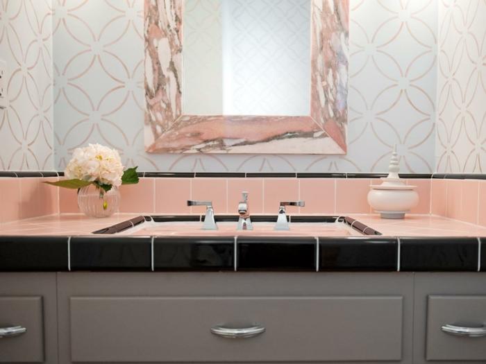 como decorar una habitacion, lavabo con baldosas rosa pastel, flores y jabonera, espejo de pared