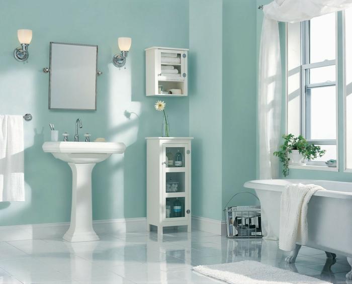 colores pastel, cuarto de baño en azul pastel, decorado con flores, espejo entre lámparas, lavabo y bañera blancos