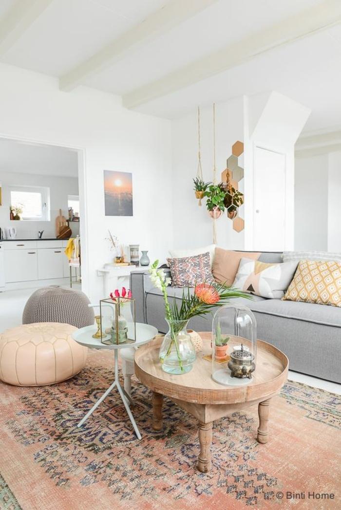 colores pastel, sala de estar decoracion con alfombra, sillón y cojines en color durazno, mesa redonda, plantas colgantes y sofá