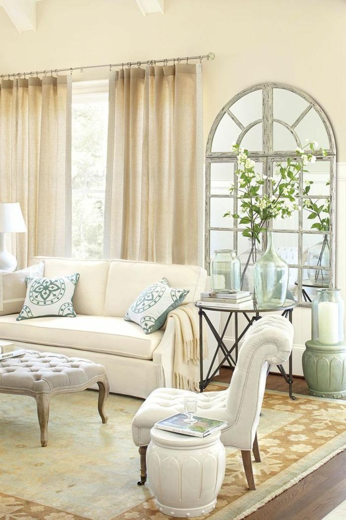 paredes pintadas, sofá y sillón, mesa sobre alfombra, cortinas y flores