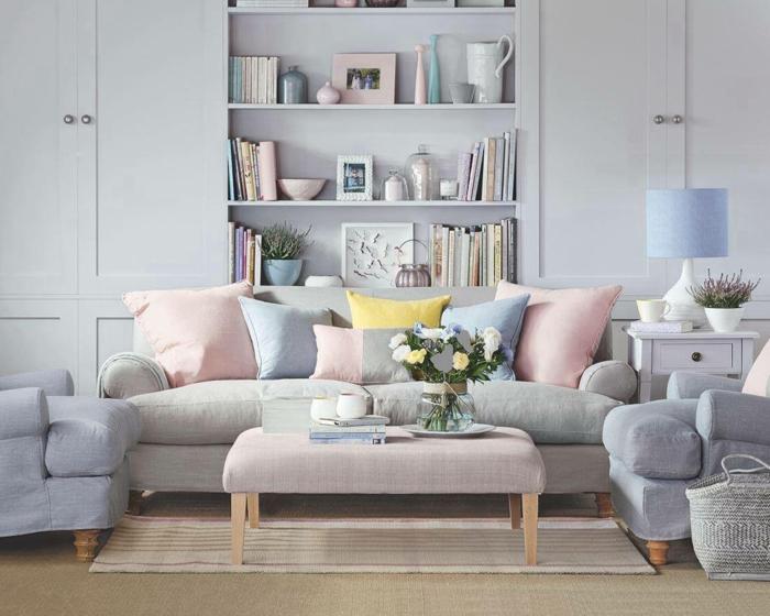 colores pastel, decoracion sala de esatar, muebles en tonos pasteles, mesa con flores, estantería y lámpara
